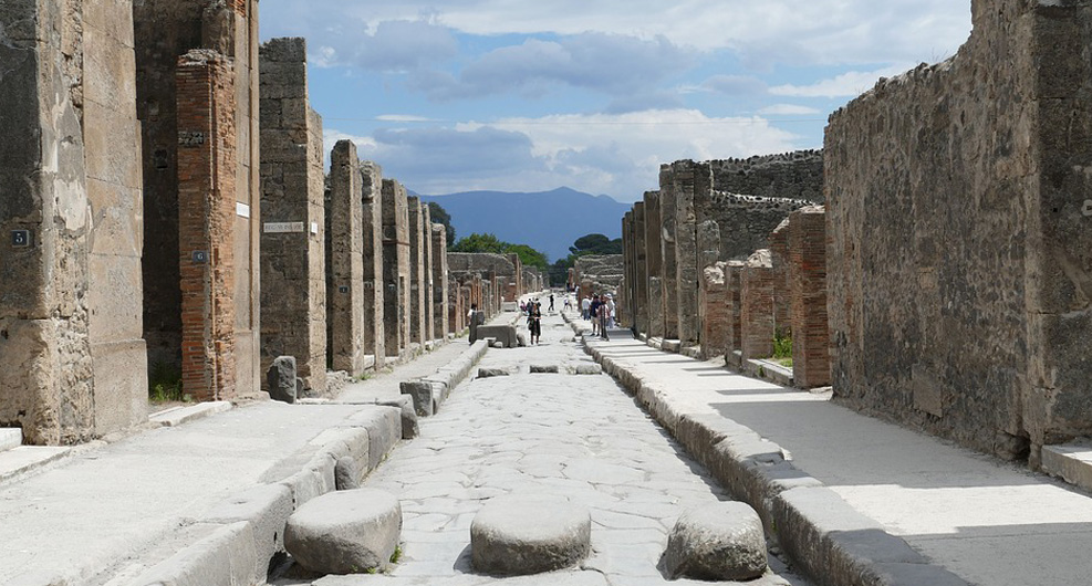 THE LIFE IN POMPEII AND THE VESUVIO VULCAN ERUPTION